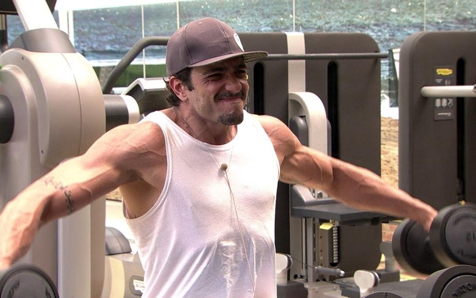 jan.2014 - Júnior malha os braços na academia do
