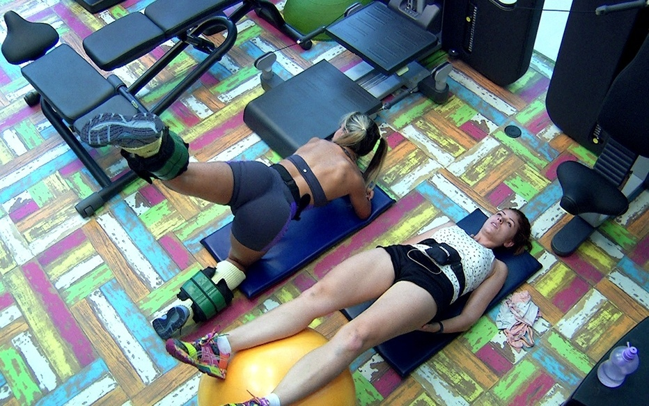 jan.2014 - Vanessa e Amanda malham os glúteos