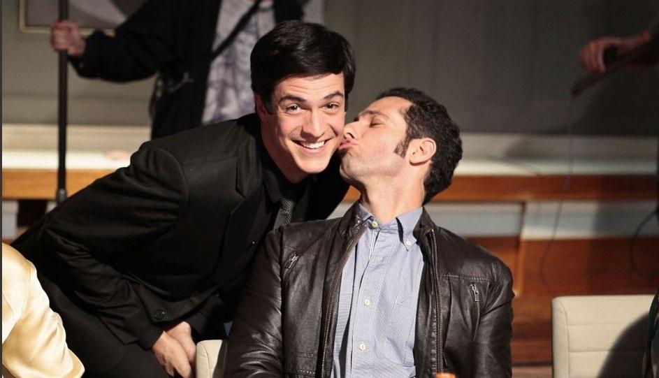"""Mouhamed Harfouch beija o ator Mateus Solano nos bastidores de """"Amor à Vida"""""""