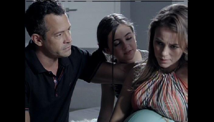 Na reta final da gravidez, Paloma passa mal