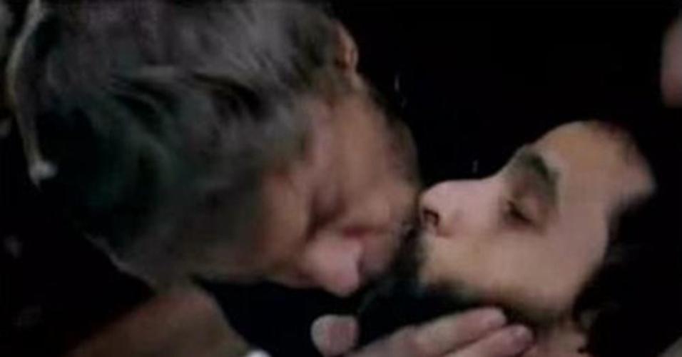 """""""Queridos Amigos"""" (2008): Na minissérie de Maria Adelaide Amaral, houve um beijo entre os personagens Guilherme Weber (Benny) e Pedro Novais (Bruno Garcia) no primeiro capítulo"""