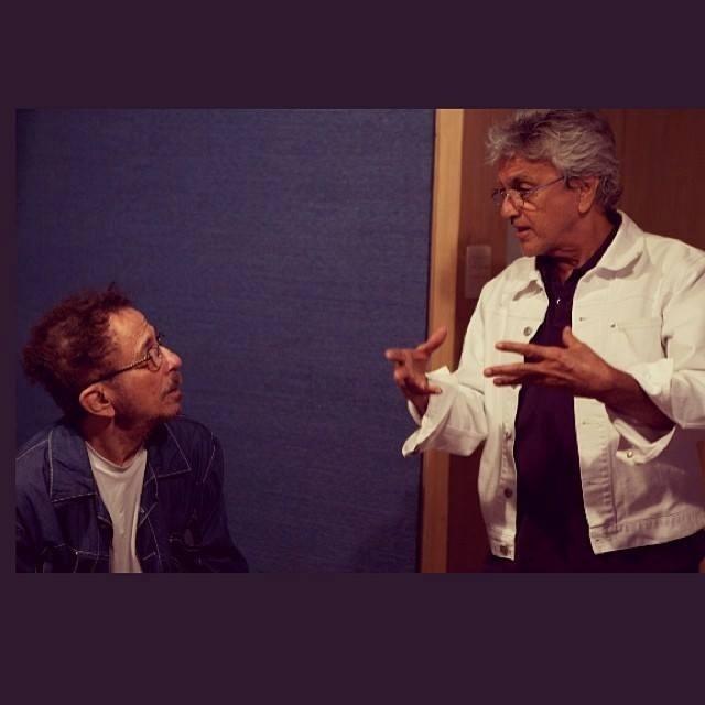 Tom Zé e Caetano Veloso conversam durante gravação de parceria