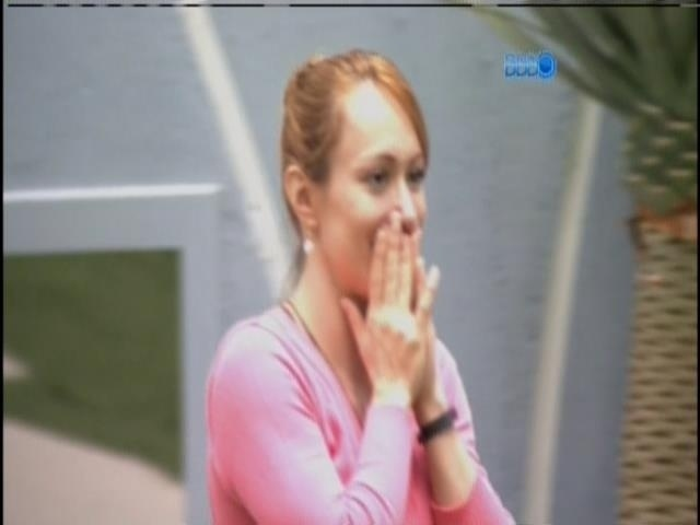 01.fev.2014 - Aline se arrependeu de ter dado o monstro a Marcelo e Angela
