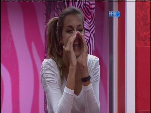 01.fev.2014 - Angela acorda Cássio e Letícia aos gritos no quarto do líder
