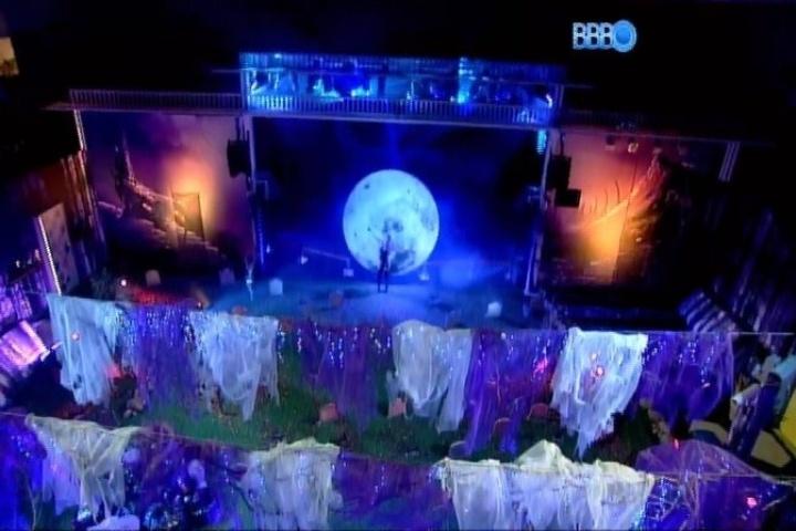 01.fev.2014 - Ângulo geral da Festa Cats, que tem como cenário um cemitério