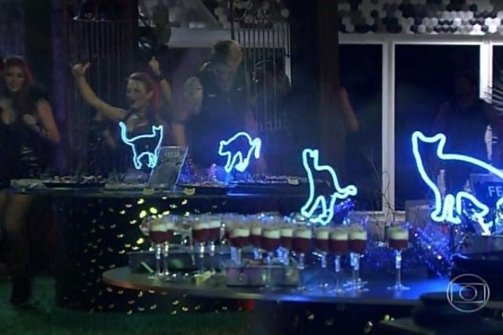 01.fev.2014 - Brothers são chamados para a festa, que tem como cenário um cemitério