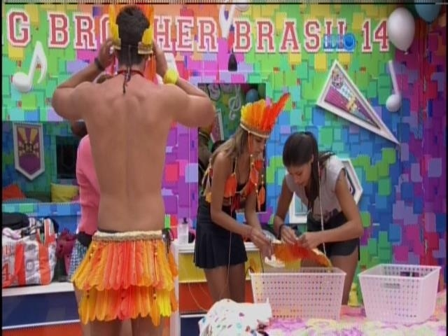 01.fev.2014 - Franciele e Aline ajudam Marcelo e Angela a vestir o figurino