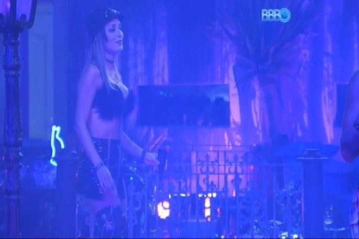 01.fev.2014 - Letícia dança sozinha na Festa Cats