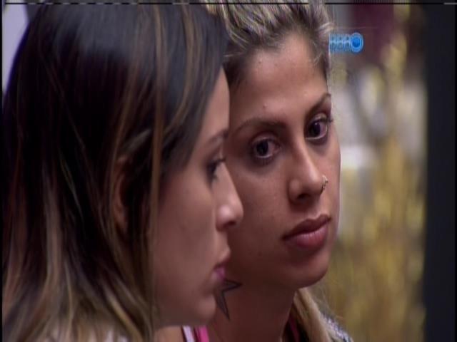 01.fev.2014 - Letícia e Vanessa conversam sobre Cássio