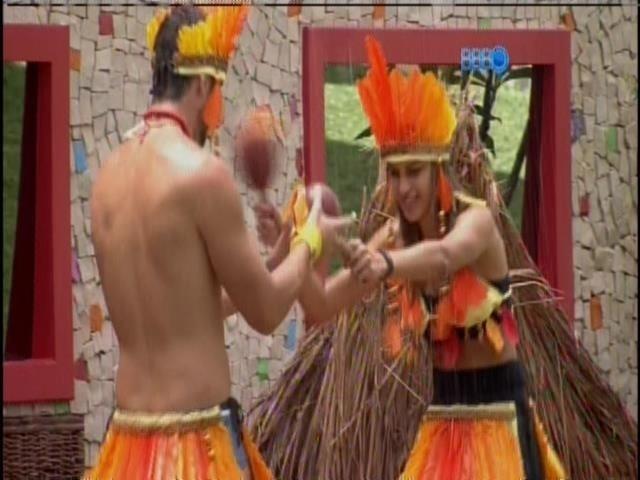 01.fev.2014 - No castigo do monstro, Angela e Marcelo fazem a dança na chuva