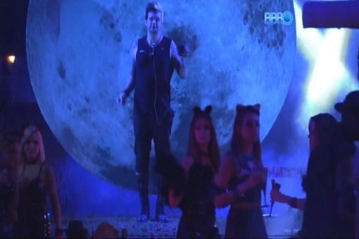 01.fev,2014 - O líder Cássio dança em cima do palco