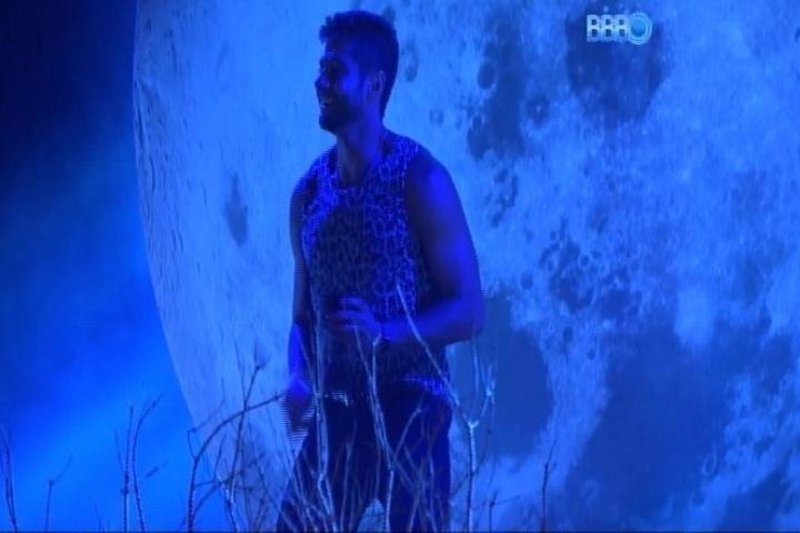 01.fev.2014 - Sorridente, Marcelo dança em cima do palco