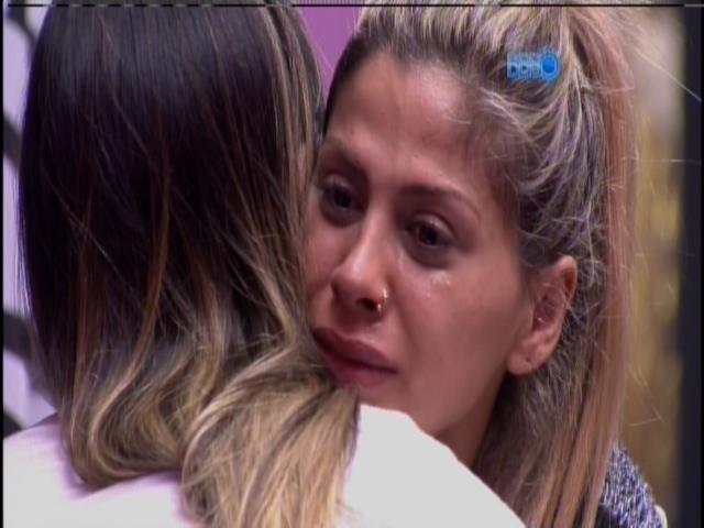 01.fev.2014 - Vanessa chora ao falar da briga