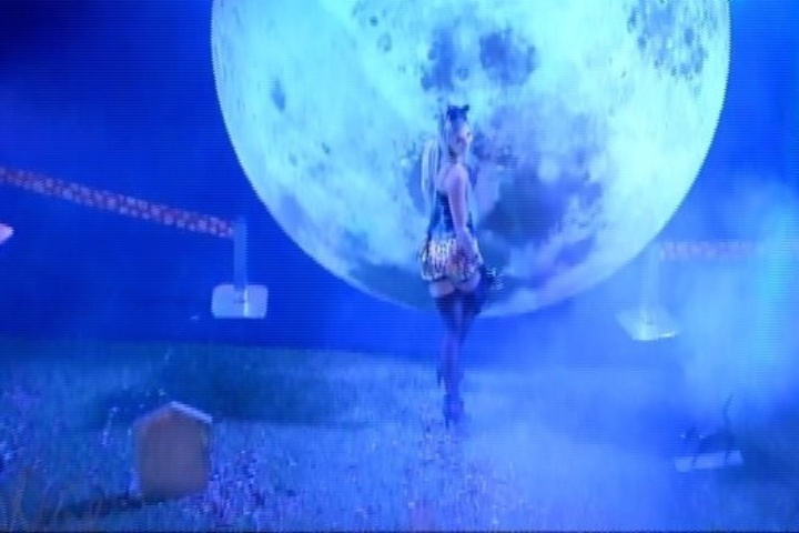 01.fev.2014 - Vanessa dança sozinha na Festa Cats, junto à lua