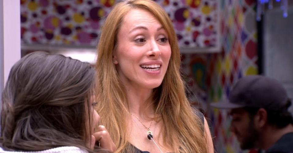 1º.fev.2014 - Aline revela para Junior que já foi agarrada e levou um beijo de outra mulher