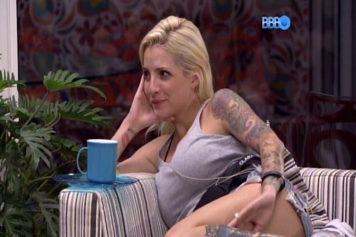 1º.fev.2014 - Clara conta para Vanessa que todas as suas barbies eram lésbicas. A ativista declara que colocava as suas bonecas  para fazer orgias na piscina e no tanque