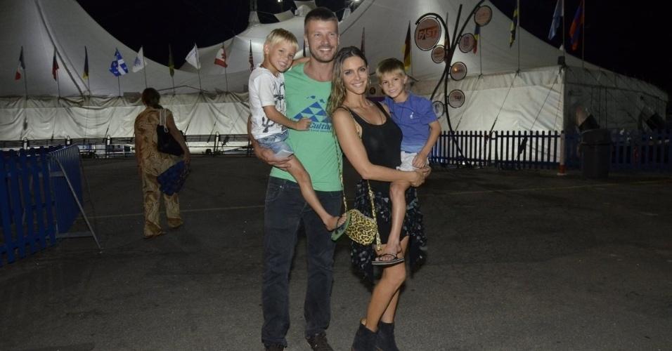 """1.fev.2014 - Fernanda Lima e Rodrigo Hilbert levam os filhos ao Cirque du Soleil no Rio. Acompanhado dos gêmeos Francisco e João, o casal foi prestigiar o espetáculo """"Corteo"""", na noite deste sábado (1)"""