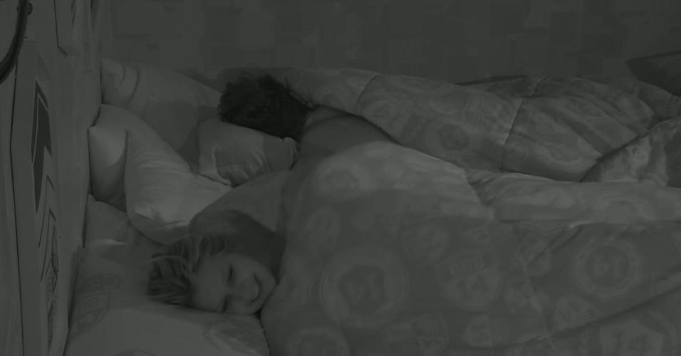"""1º.fev.2014 - Roni e Tatiele se desentendem após o modelo perguntar se ela gostaria de namorar com ele fora da casa. """"Eu estou te curtindo só. Esquece um pouco que eu existo"""", disparou a sister"""