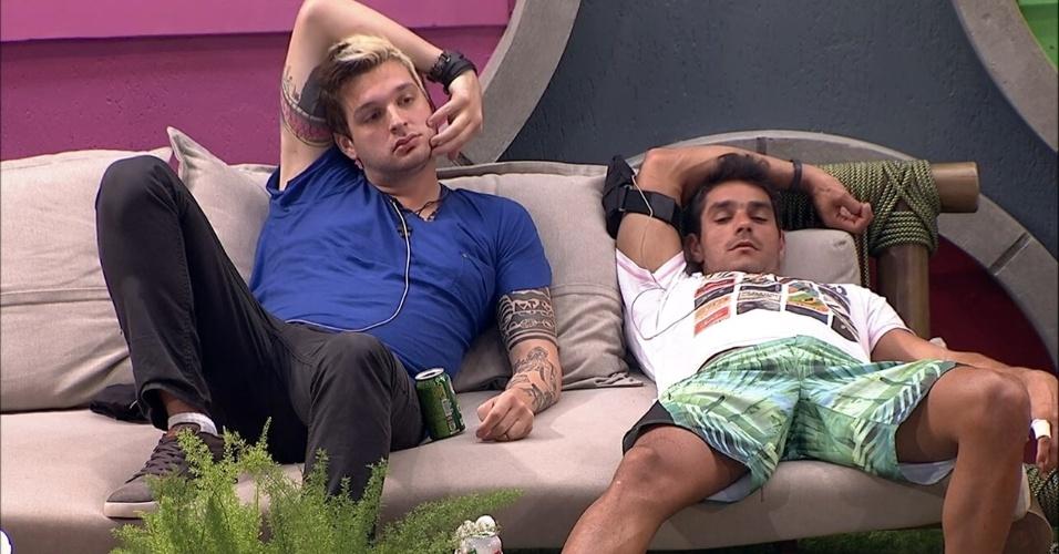 1º.fev.2014 - Cássio e Diego especulam o poder que Vanessa ganhou ao atender o primeiro Big Fone desta edição