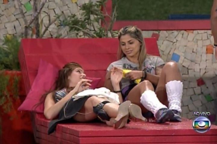 31.jan.2014 - Ao voltar da despensa com as três pulseiras, Vanessa as entregou a Amanda, Clara e Marcelo