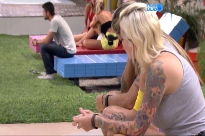31.jan.2014 - Ao voltar da dispensa com as três pulseiras (mais uma apenas para disfarce), Vanessa as entregou a Amanda, a Clara e ao Marcelo