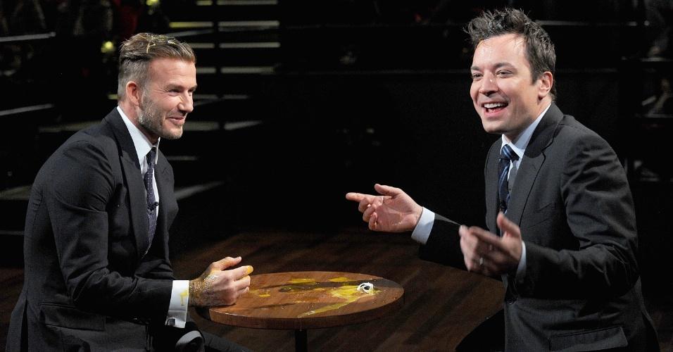 """31.jan.2014 - David Beckham vai ao programa """"Late Night With Jimmy Fallon"""". Ele e o apresentador fizeram uma brincadeira em que cada um acertava ovos na cabeça do outro"""