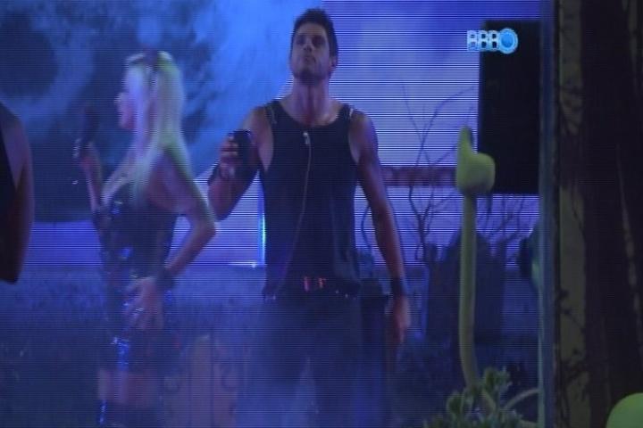 01.fev.2014 -  Enquanto Franciele conversa com Aline, Diego dança sozinho na Festa Cats