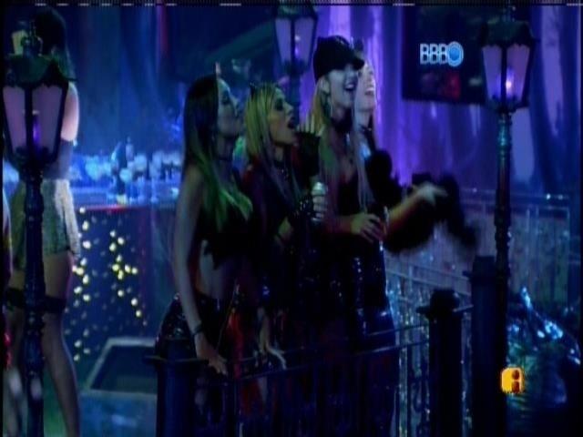 01.fev.2014 - Sisters assistem a Roni dançando