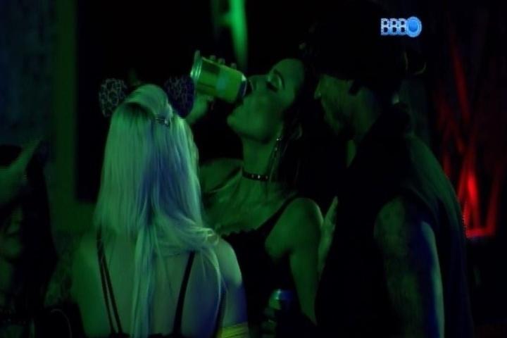 02.fev.2014 - Letícia bebe cerveja em 17 segundos e ganha aposta feita com Cássio