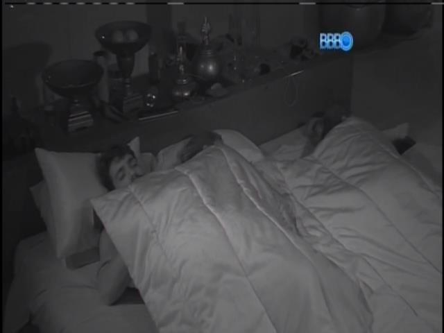 02.fev.2014. Angela dorme na cama com Junior e Letícia