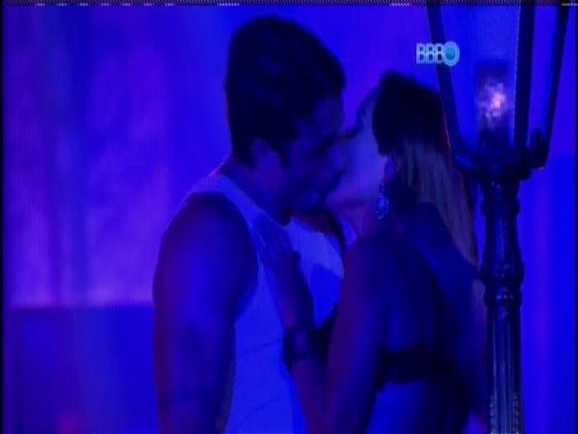 02.fev.2014 - Junior beija Letícia