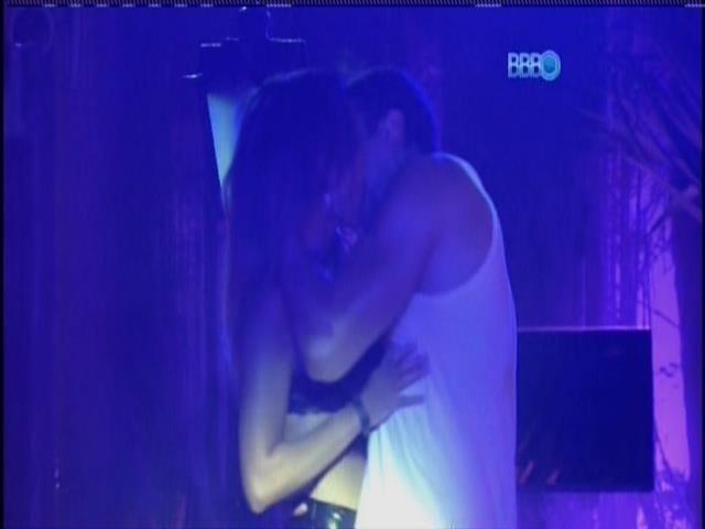 02.fev.2014. Junior beija Letícia