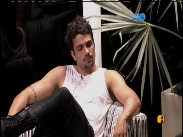 02.fev.2014. Junior diz para Aline e Cássio que só foi um beijo e que ele e Letícia não estão juntos
