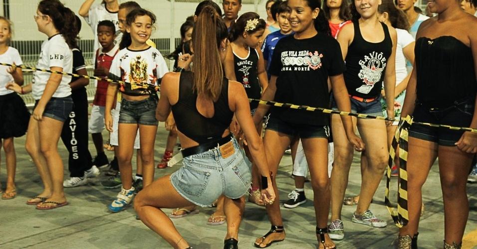 1.fev.2014 - A atriz Thaila Ayala samba em ensaio da Gaviões no Anhembi