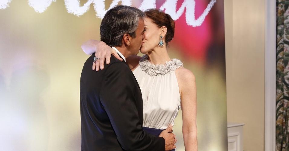 2.fev.2014 - Julia Lemmertz ganha beijo do marido, Alexandre Borges, na festa da novela