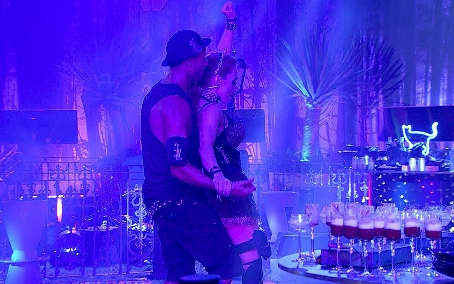01.fev.2014 - Aline e Valter dançam coladinhos