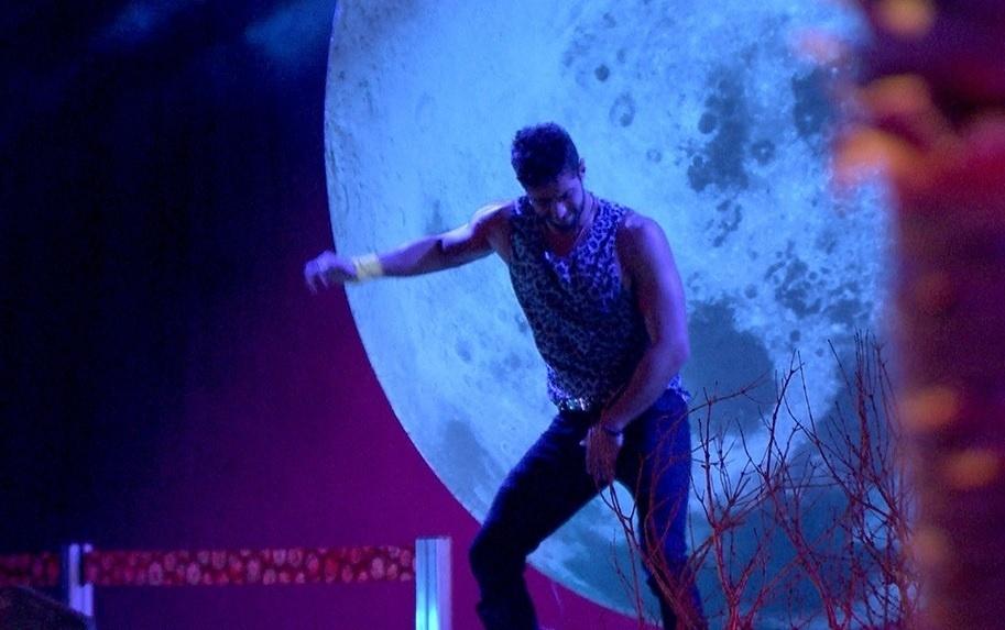 01.fev.2014 - Marcelo se diverte e dança na frente da lua cenográfica