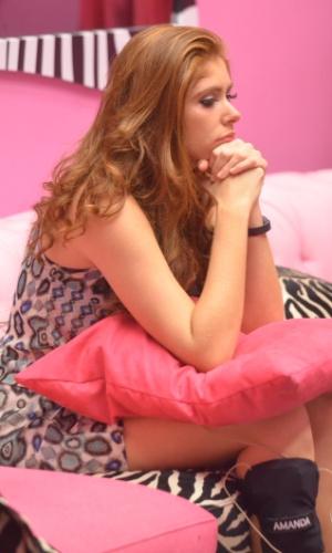 02.fev.2014 - Amanda aguarda o contato de Bial na sala