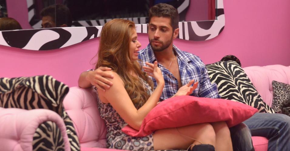 02.fev.2014 - Os emparedados Marcelo e Amanda se abraçam e a estudante chora