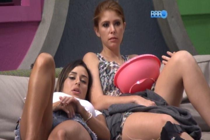 03.02.2014 - Letícia diz que Angela está se aproximando da pessoa errada em relação à Aline