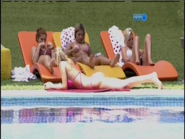 03.fev.2014 - Amanda, Vanessa, Clara e Tatiele conversam na beira da piscina