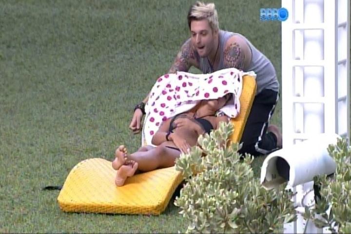 03.fev.2014 - Cássio brinca com Letícia enquanto a sister cochila e toma banho de sol