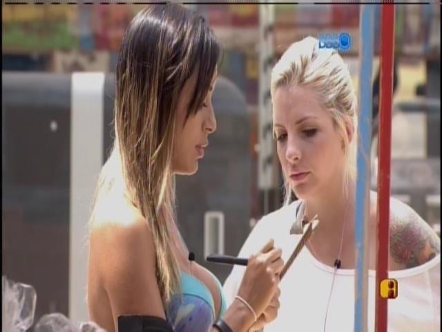 03.fev.2014 - Clara e Letícia fazem as contas