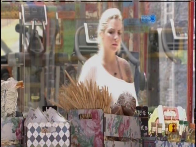 03.fev.2014 - Com poucas estalecas, Clara escolhe os produtos...