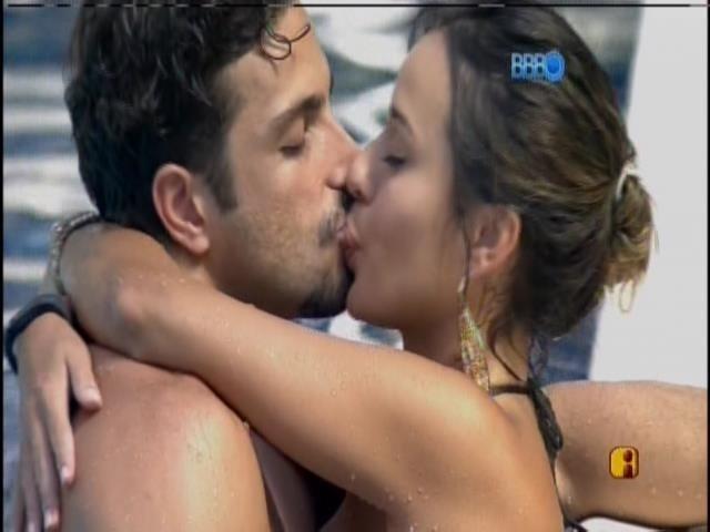 03.fev.2014 - Júnior e Letícia se beijam na piscina