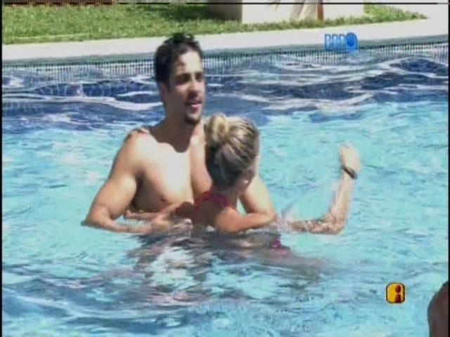 03.fev.2014 - Junior,Letícia, Roni e Tatiele trocam casais na piscina