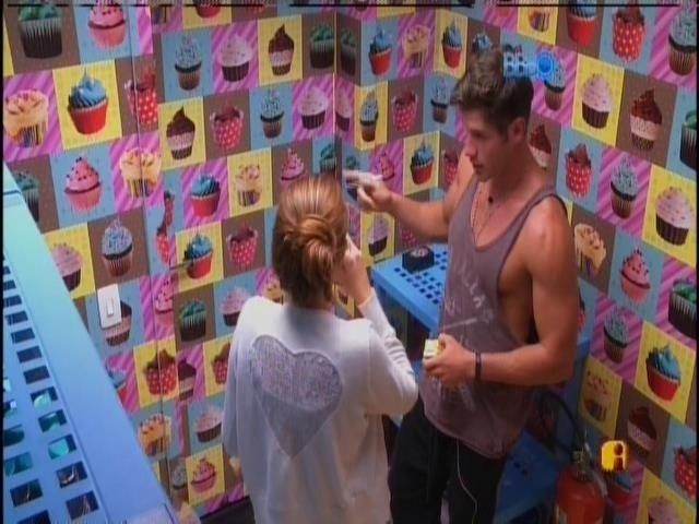 03.fev.2014 - Na despensa, Roni comenta com Amanda a reclamação de Aline
