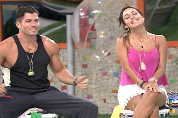 """03.fev.2014 - Roni e Letícia respondem às primeiras perguntas na lavanderia do """"BBB14"""""""