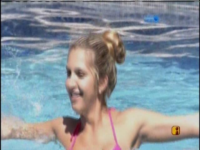 03.fev.2014 - Tatiele  rodopia na piscina