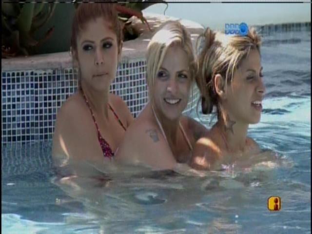 03.fev.2014 - Diante do beijo de Letícia e Júnior, Vanessa, Clara e Amanda cantarolam versos de